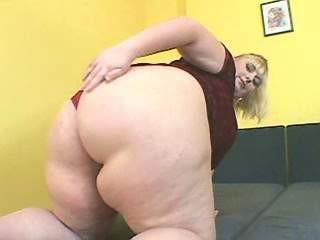 Fatty with huge ass dildoes herself