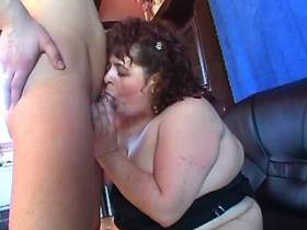 Big mature lady fucks on black sofa